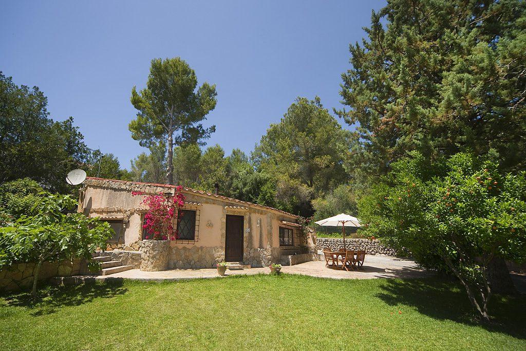 Casa-pequeña-exterior-desde-mitad-jardín